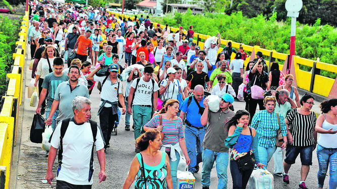 Venezuelans make long rows of more than 8 hours a day to buy some commodities. Others have chosen to cross the border with Colombia to stock up before the crisis in that country.