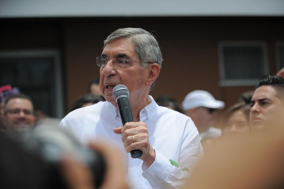 """Oscar Arias in front of his home in Rohrmoser giving an """"improvised"""" speech to his supporters, who are asking to run for president for a third time"""