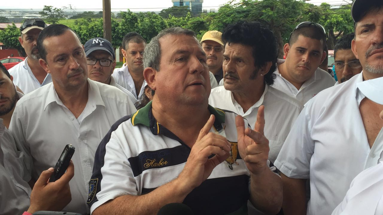 Ruben Vargas, leader of the taxi drivers movement, outside the Aresep in Escazu.