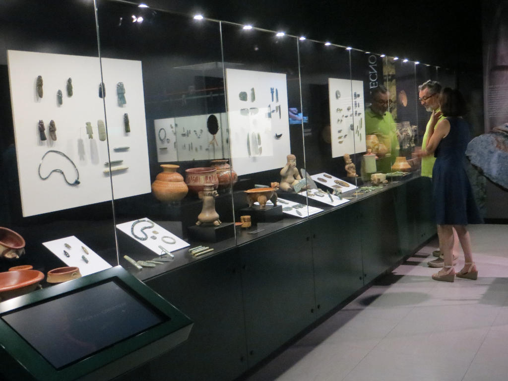 The Jade Museum displays, not only objects made from jade, but also magnificent examples of pottery and porcelain from the same period.
