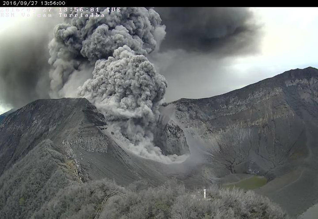 The Turrialba volcano has been spewing out gas ash since Monday, with varying intensity.