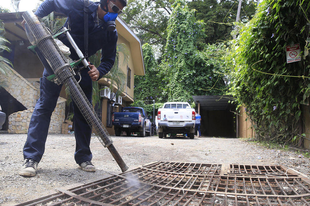 Fumigating has been an effective way to combat Dengue, Zika and Chikungunya in Costa Rica. The Ministry of Health says it has dealt with more than 2.1 million breeding sites. Photo RAFAEL PACHECO, La Nacion