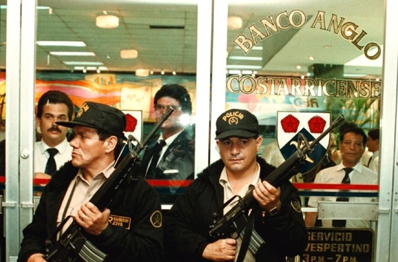 Police guard the doors of the failed Banco Anglo Costarricense in Septemeber 1994