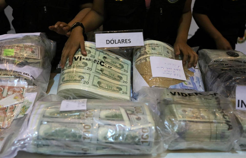 Police Officers Display Seized Counterfeit U S And Nuevos Soles Bills At A News Conference In Lima