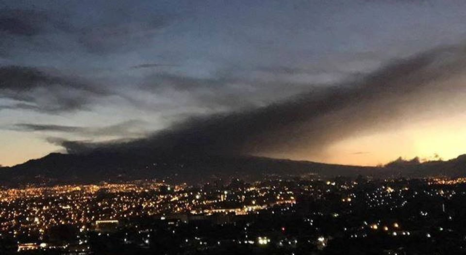 The ash cloud as seen from Palmares, northeast of the Central Valley, at twilight Thursday. Photo Edith Tropper, La Ncion